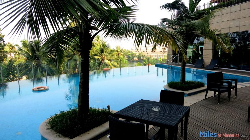 Crowne Plaza Kochi - Swimming pool.